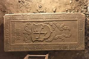 POZORUHODNÝ NÁLEZ. Náhrobní kámen pochází z roku 1577 a je velmi dobře zachovaný.