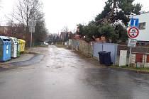 Mahenova ulice, v níž vandal poničil dvě auta.
