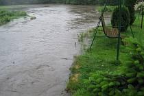 Rozlitá řeka Doubrava na Bílku.