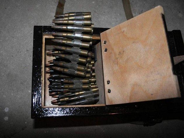 Při domovní prohlídce kriminalisté našli různé druhy legálně i nelegálně držených pistolí, revolverů a pušek a velké množství různého střeliva. Kriminalisté prověří, zda se zbraněmi nebyl v minulosti spáchán trestný čin.