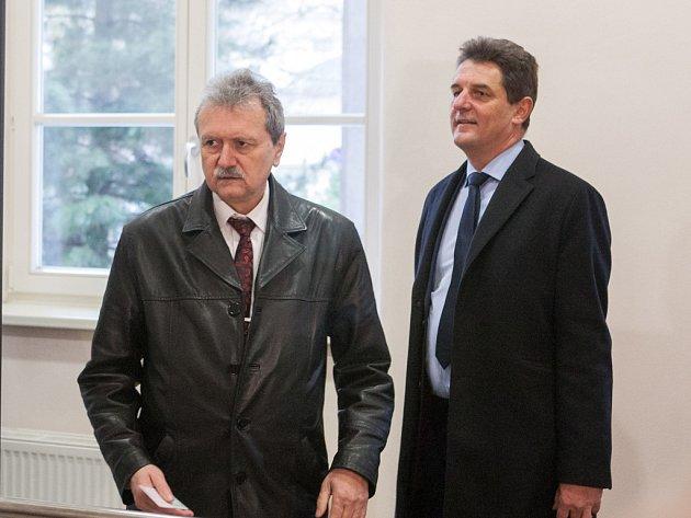 Soud začal rozplétat kauzu nákupu sypačů, při němž měli dva vlivní sociální demokraté způsobit třicetimilionovou škodu.