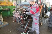 Michal Drahozal se opravářem zemědělských strojů učí ve Světlé nad Sázavou už třetím rokem.