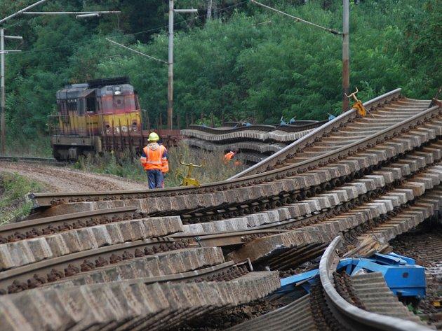 Společnost, která provádí rekonstrukci tratě u Golčova Jeníkova, měla vážné problémy s bezpečným převozem starých kolejových polí. Dva vagony ze zatím nejasných důvody vykolejily u Vlkanče.