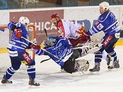 Žďarští hokejisté (ve světlém Lukáš Krupka) si vyšlápli na vedoucí tým skupiny, Kolín,  kterému nasázeli pět branek.