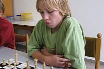 Vítek Veselý (na snímku) hájící barvy Jiskry Havlíčkův Brod ovládl poslední dva turnaje šachové Ligy Vysočiny mládeže do šestnácti let. Po triumfu v Humpolci zopakoval prvenství i na DDM Open 2010 v Jihlavě.
