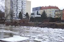 Kusy ledu se objevily v těchto dnech také na Sázavě přímo v Havlíčkově Brodě. Proud řeky ale nezastavily.