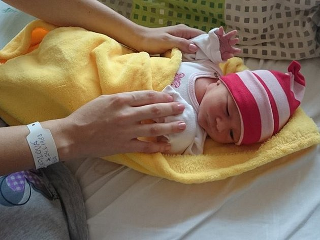 Čepičky z příjemných materiálů šijí pro miminka z Brodu ženy z věznice ze Světlé.