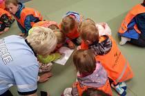 Děti na návštěvě u havlíčkobrodských policistů.