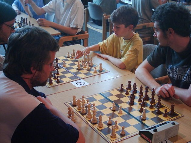 Děti si lámaly hlavy. Nejmenší šachisté předvedli svá umění, dospělí jen přihlíželi.