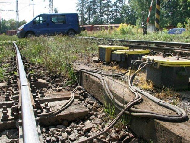 Riziko na přejezdu. Neznámí zloději ohrožují bezpečnost na jihlavských přejezdech už týden. Železničáři varují, že jim dochází zásoby nových kabelů.