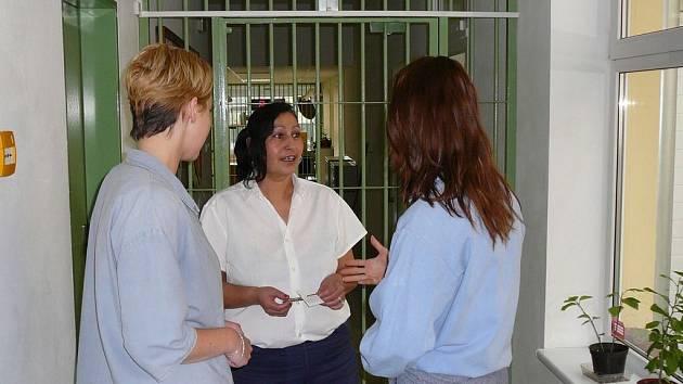Tři odsouzené. Tři ženy, tři různé trestné činy, tři rozdílné typy věznic, a přece žijí všechny v ženské věznici ve Světlé nad Sázavou. Vyfotit tvář si nechala pouze paní Tatiana.