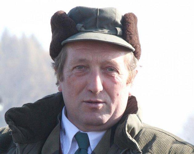 Okolo koní se Jiří Karlík z Nové Vsi u Chotěboře pohybuje po celý život. Účastnil se několikrát soutěže Zlatá podkova.