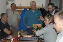 O pravidlech pro připojení, informovali obyvatele Dobré starosta Přibyslavi Martin Kamarád, technický náměstek VaK, a Roman Štěpánek z firmy Stavak, která prováděla zemní práce.