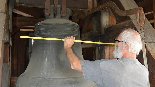 Kampanolog Petr Vácha pečlivě měří nejstarší a největší světelský zvon sv. Václav. Ten je na ruční pohon a zvoní pouze ve slavnostních dnech.