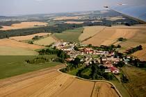 Letecký pohled na Hřiště dosvědčuje, že okolní krajina je nápaditě rovinatá, jakoby uměle vytvořena pro středověké kolbiště. Uprostřed návsi prý šlechtici z blízkých hradů Přibyslav a Ronov pořádali rytířské turnaje.