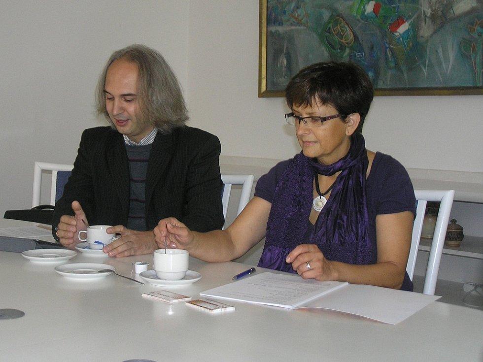 Fest jazz. Dvoučlenný tým hlavních pořadatelů podzimního festivalu. Jana Hylišová a Martin Petrák.