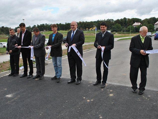 O přestřižení pásky se postarali představitelé města a lidé ze společnosti Swietelsky.