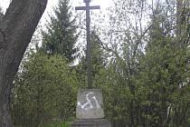 Před pár dny se na podstavci křížku v brodské ulici U Panských objevila (poněkud nepovedená) svastika.