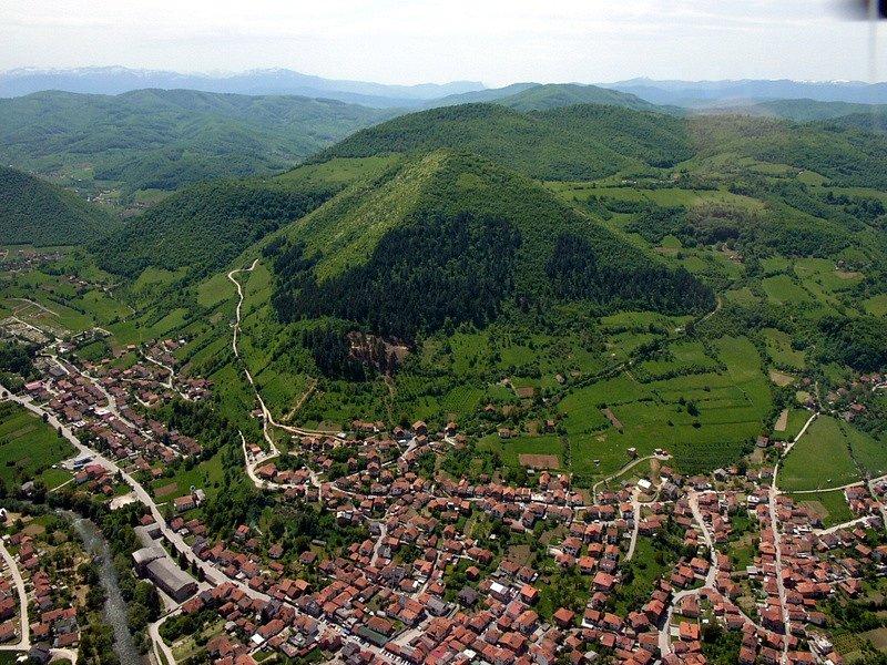 Bosenská pyramida Slunce u městečka Visoko v Bosně.