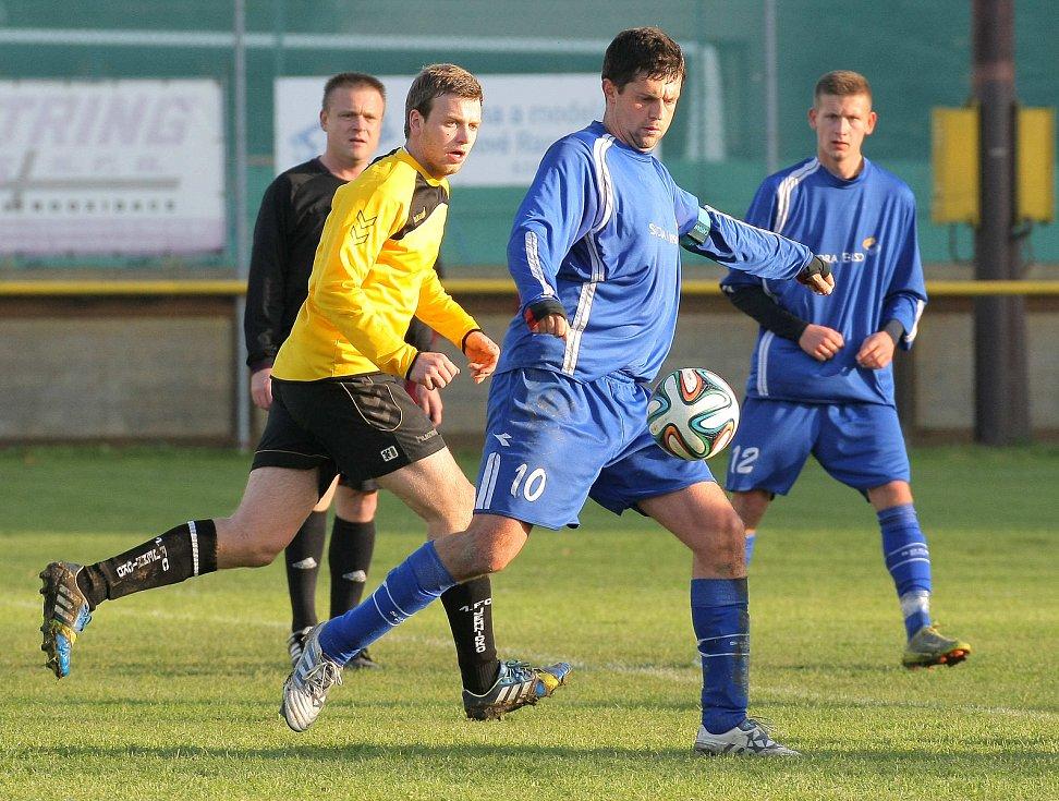Do obrany. Jindy útočník Radek Kolouch (v modrém) vypomáhal v postupové sezoně na postu stopera.