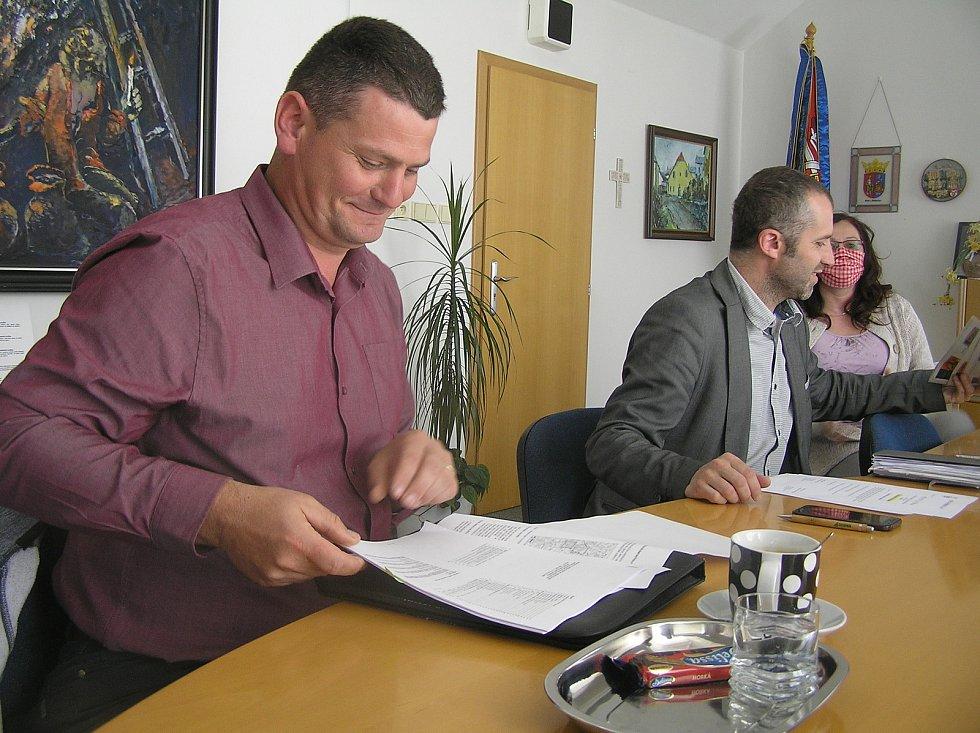 Proti těžbě uranu u Brzkova protestují starosta Brzkova Aleš Bořil i starosta Martin Kamarád.