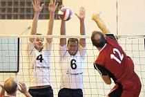 Volejbalisté brodské Jiskry (ve světlém)  jsou momentálním lídrem krajského přeboru a v sobotu by tuto roli chtěli potvrdit i v derby proti Jihlavě a odvézt si dvě výhry.