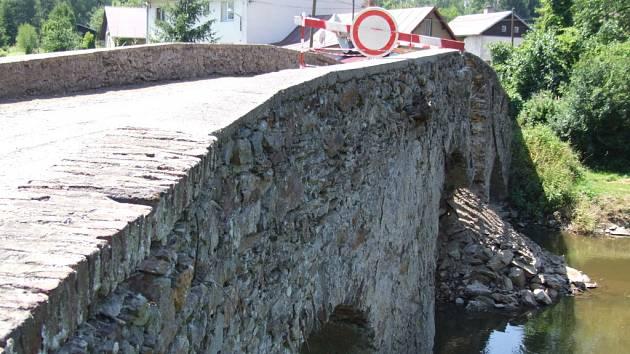 Památka pocházející asi z 16. století je ve špatném stavu už delší dobu. Zhoršení zavinily zimní tuhé mrazy a narážení ledových ker do mostních pilířů při jarním tání. Po posledních silných deštích se ze středního oblouku mostu vysypalo možná až několik t