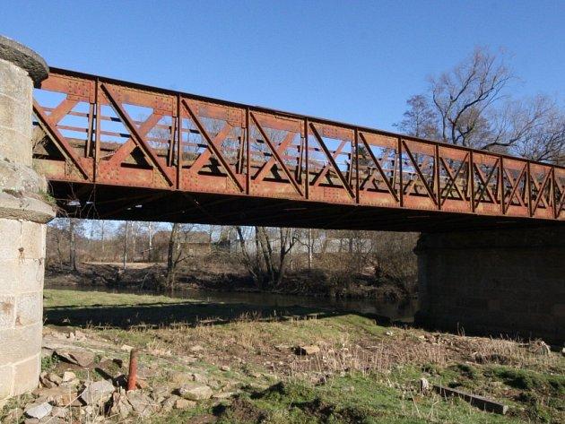 Železný most přes ostrov a dvě ramena Sázavy v Okrouhlici byl za 117 let natřen pouze jednou. Podle toho viadukt vypadá, rez si s pomocí vodních par pochutnává na neošetřeném kovu.