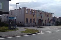 Velká hospoda ve Vilémově už je bez střechy. Statik doporučil odbourat poměrně velkou část nestabilního zdiva.