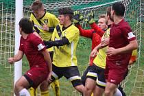 Bojovné deby se v neděli dopoledne odehrálo v Borové, kde rezerva Chotěboře (uprostřed) urvala nejtěsnější vítězství. Jediným střelcem byl Marek Somerauer.