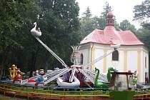Hned vedle kostela svaté Anny se o pouti zabydlují i různé zábavní atrakce. Průběh bohoslužeb však podle pořadatelů pouti provozovatelé kolotočů neruší.