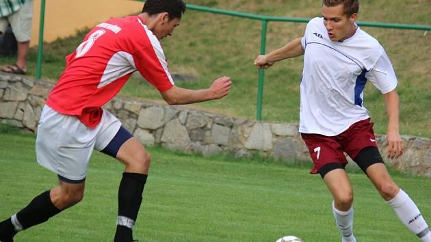 Plný počet bodů mají na kontě fotbalisté Havlíčkovy Borové (v bílém). Potvrdit ho budou chtít v dnešním zápase proti Dobronínu, který v letošní sezoně podává zlepšené výkony.