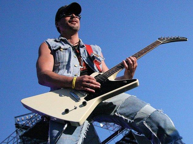Kabát veze největší hity. Nejpopulárnější česká rocková skupina současnosti přiváží do Šiklova Mlýna ty největší hity. Kytarista Tomáš Krulich (na snímku) slíbil i Corridu.