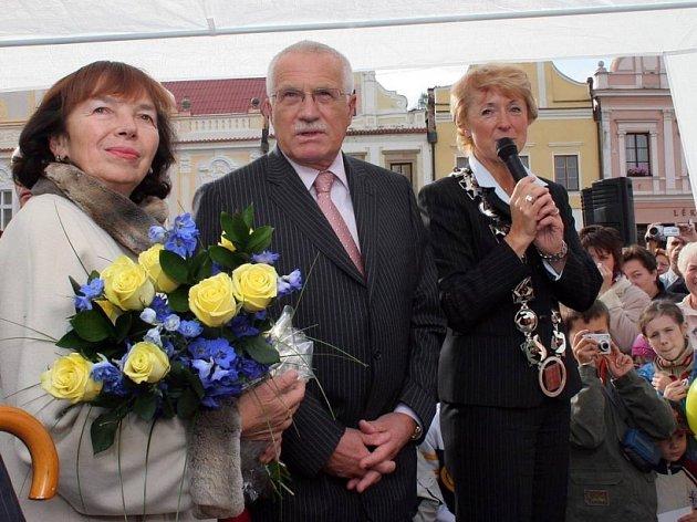 Prezidentský pár Václav a Livia Klausovi na Havlíčkově náměstí.