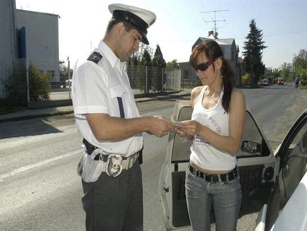 Kontrola. Policisté kontrolují denně desítky řidičů v kraji. Za rok fungování bodového systému udělili na Vysočině body 18 154 řidičům.