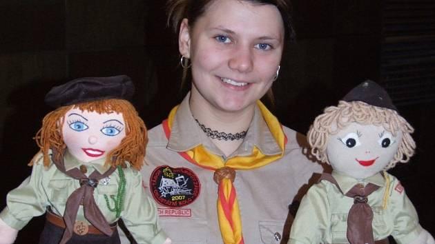 Oldskautky vyrábějí panenky v krojích a výtěžek z jejich prodeje dávají na charitu.