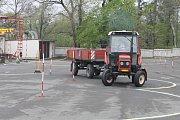 Osm škol z Vysočiny změřilo své řidičské schopnosti při jízdě s traktorem a vlekem. K vidění byla také moderní i historická zemědělská technika.