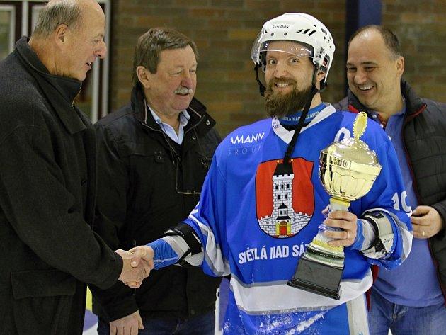 Kapitán Ondřej Včela přebral pohár a oslavy velmi úspěšné sezony mohly naplno začít. V sobotu dorazí hokejisté s pohárem na charitativní ples ve Světlé nad Sázavou.