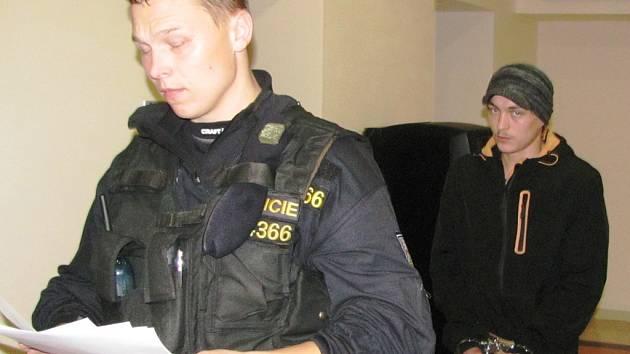 Okresní soud v Jihlavě poslal dvacetiletého Daniela Hladkého z Havlíčkova Brodu do vazby minulou středu. Za krádeže mu hrozí až pět let vězení.