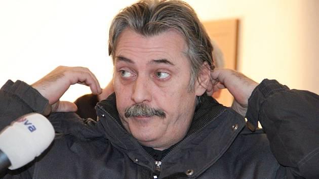 Případ vyšel najevo v lednu 2013 ve chvíli, kdy mladí nájemníci náhodou rozbili v koupelně zrcadlo. Za ním objevili technickou místnost s kamerou. Na snímku je Luboš Vondrák zachycen u jihlavského soudu v lednu 2014.