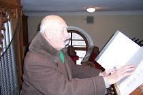 Jedenaosmdesátiletý varhaník Karel Sobotka už zůstal téměř sám. Někteří jeho kamarádi odešli do muzikantského nebe, a tak dechovková skupina skončila. Přitom ještě nedávno hráli dokonce i v Našich furiantech v Přibyslavi.