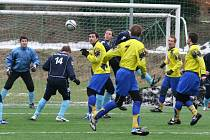 Fotbalisté Přibyslavi (ve žlutých dresech) mají za sebou úspěšnou poslední přípravu, když si dokázali poradit z celkem krajského přeboru Vrchovinou 3:0.