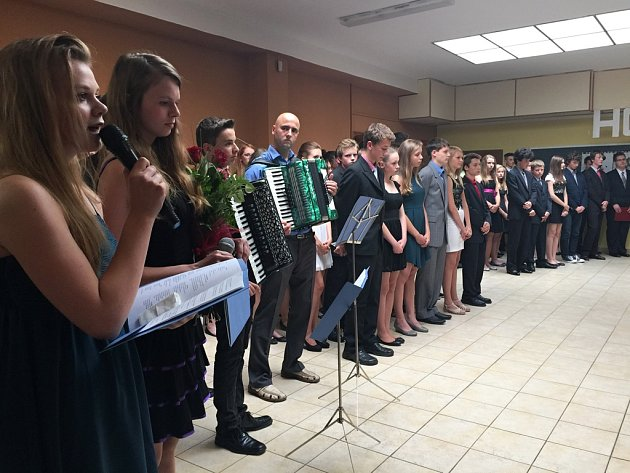 Slavnostní předávání vysvědčení deváťákům na ZŠ Wolkerova.