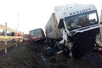 Vlak a kamion se srazili v pátek ráno na železničním přejezdu ve Ždírci nad Doubravou na Havlíčkobrodsku.