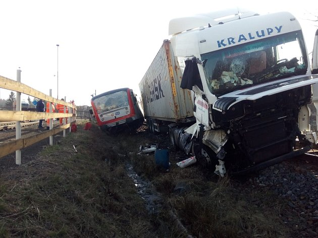Vlak a kamion se srazili vpátek ráno na železničním přejezdu ve Ždírci nad Doubravou na Havlíčkobrodsku.