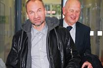 Erik Tvrdoň (vlevo) odchází v doprovodu svého obhájce Petra Cardy od pardubického soudu, kde si v úterý vyslechl definitivní verdikt – tři roky vězení.