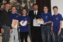 Vítězný tým ZŠ Buttulova společně s Jiřím Novotným a starostou města Tomášem Škarydem.