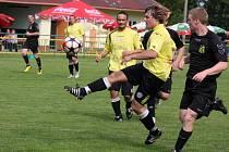 Kanonýři nastoupili v zápase H. Brod B – Světlá. Na straně domácích Roman Zeman (ve světlém uprostřed) a světelský Miroslav Křikava. Oba si připsali do statistik po gólu.