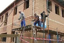 Pořádný kus  práce za sebou mají stavební dělníci ze Žďáru nad Sázavou  při rekonstrukci  městského úřadu ve Ždírci nad Doubravou.  Radnice se tak dočká důstojných prostor. První práce začaly letos na jaře, slavnostní otevření je plánováno na jaro 2010.