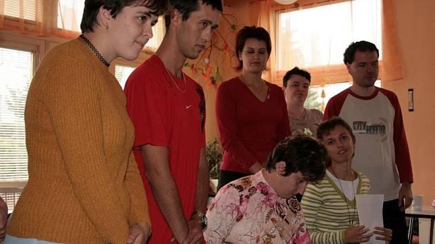 Výrobky měly úspěch. Klienti Fokusu Vysočina předvedli návštěvníkům svou řemeslnou zručnost a zaujali schopností učit se znakovou řeč.